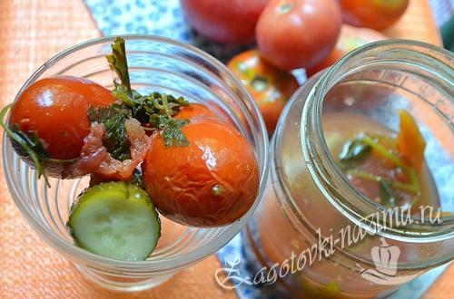 Рецепт пряных помидоров с огурцами