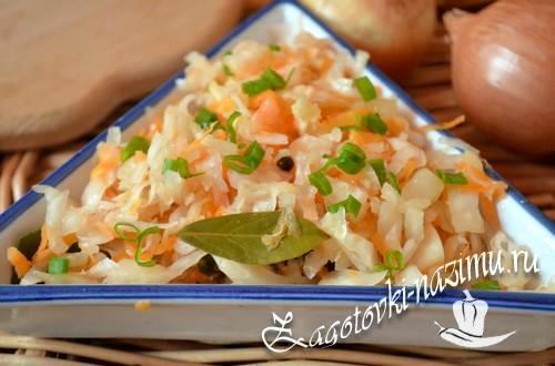 Квашеная капуста с морковью в стеклянной банке на зиму