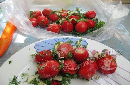 Поместите помидоры в пакет