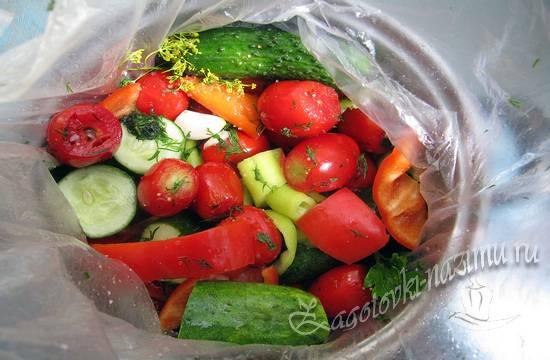 Огурцы и помидоры в пакете