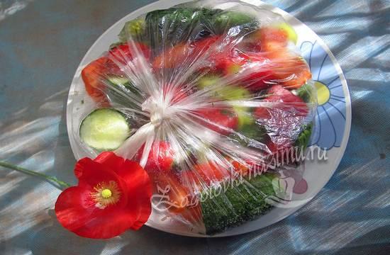 Завяжите пакет с овощами