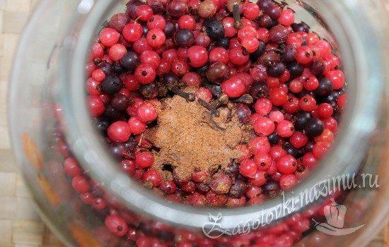 Добавьте специи к ягодам