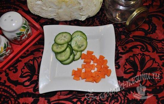 режем огурцы и морковь