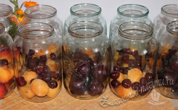 вишня с абрикосами в банке
