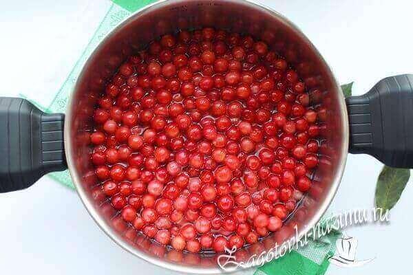 оставить ягоду на время, что бы она пропиталась сиропом