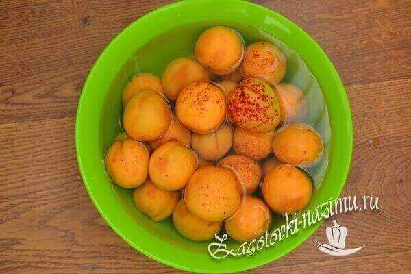 вымыть абрикосы в чистой воде