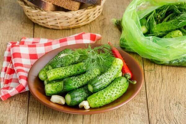 Малосольные огурчики с чесноком и зеленью в пакете за 5 минут