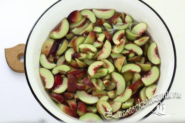 Добавьте персики в сироп