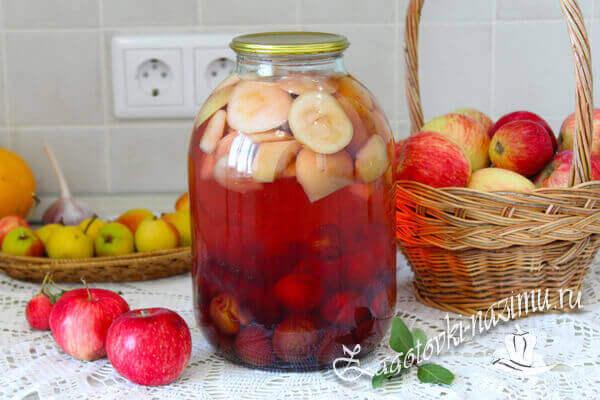 Готовый компот из яблок и сливы