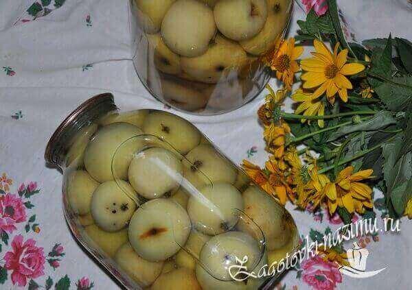 Консервированные яблоки в банке