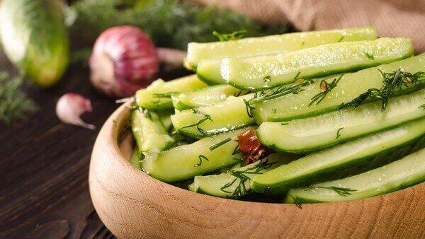 Малосольные огурцы с чесноком и зеленью с кипятком