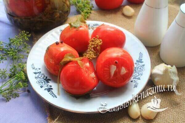 Малосольные помидоры с чесноком и зеленью быстрого приготовления в банке