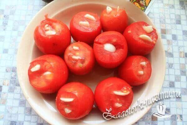 Начистить помидоры с чесноком