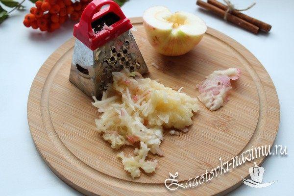 Натираем яблоки на терке