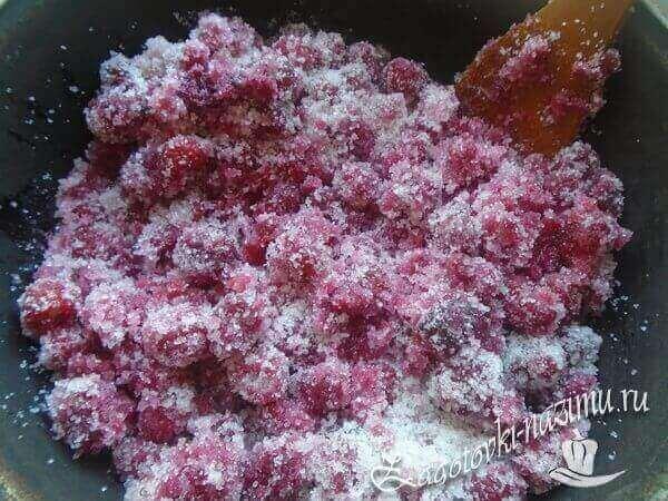 Перемешать малину с сахаром