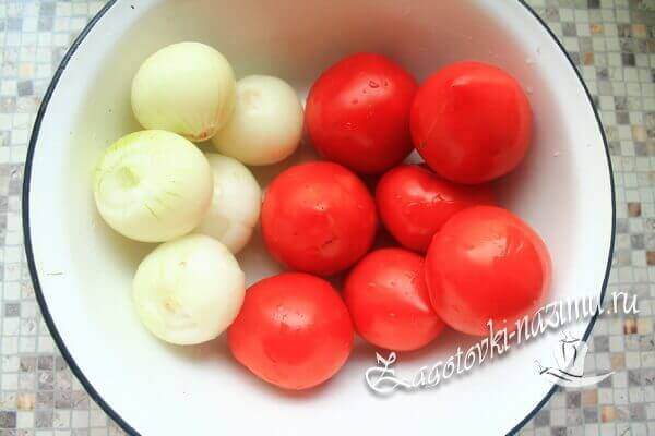 подготовить помидоры и репчатый лук