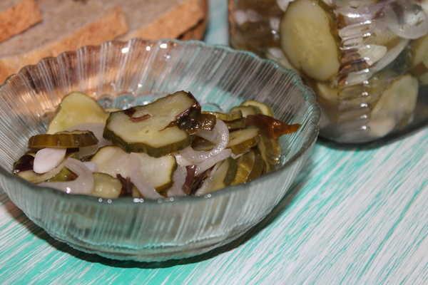 Салат из огурцов на зиму с луком, растительным маслом и базиликом