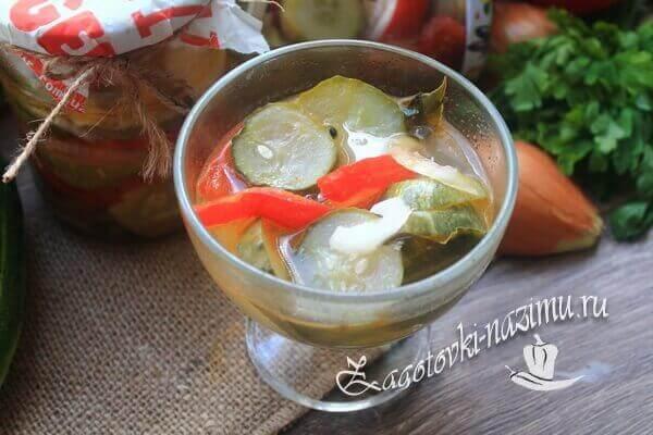 Салат Неженский с огурцами, луком и помидорами готов