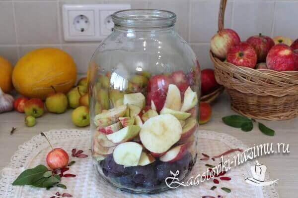 Укладываем фрукты в банку
