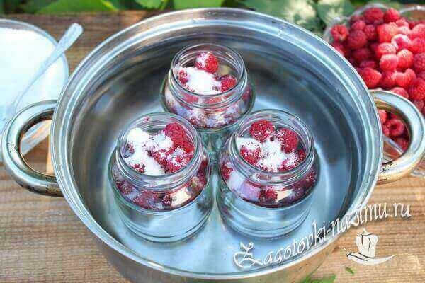 Ставим стерилизоваться малину с сахаром