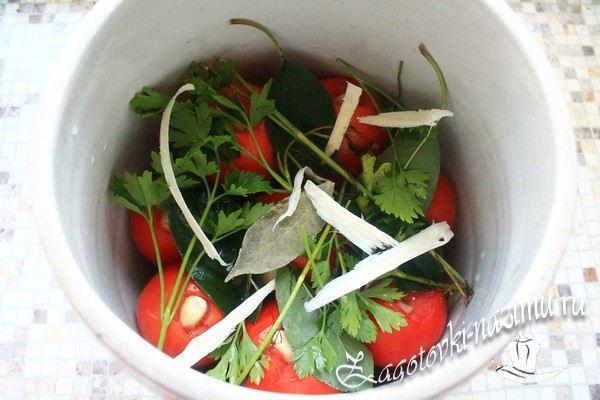Добавить томаты до середины банки