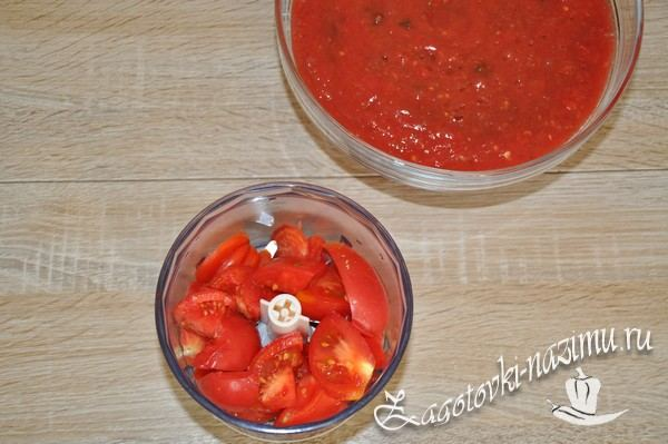 Измельчите помидоры