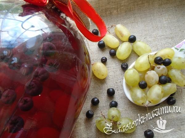 Компот из черноплодной рябины и винограда