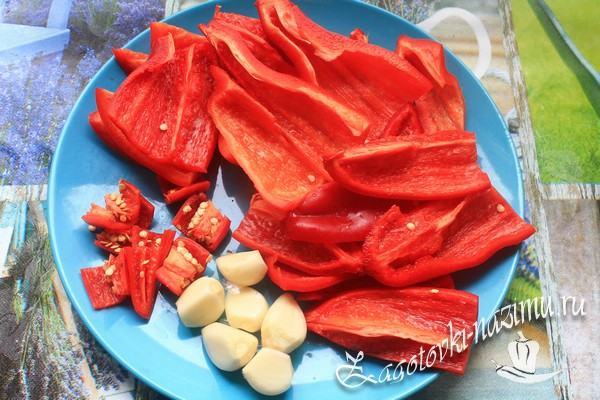 Нарежьте болгарский и острый перец