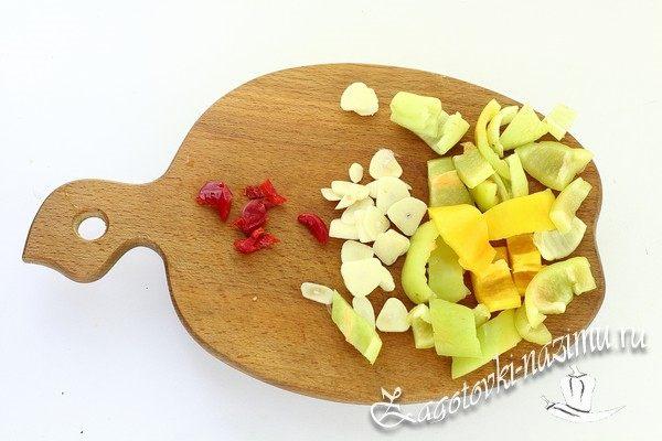 Нарежьте чеснок и перец