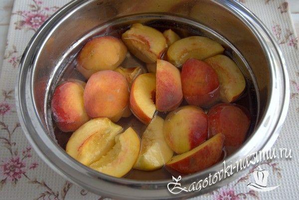 Нарежьте и добавьте персики