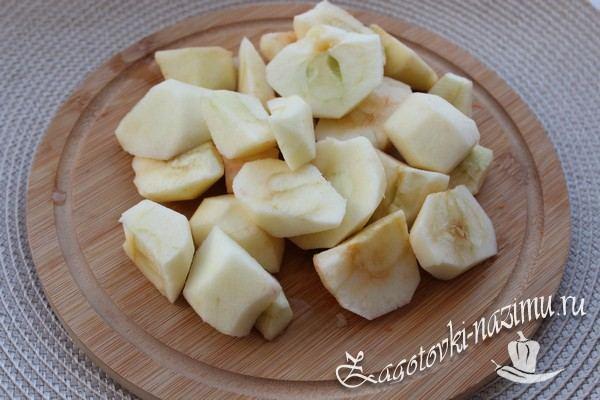 Помойте и нарежьте яблоки