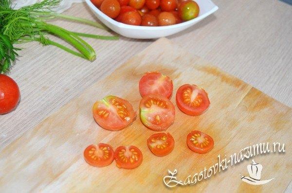 Помойте и разрежьте помидоры