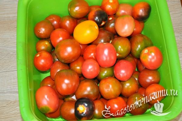 Помойте и высушите помидоры