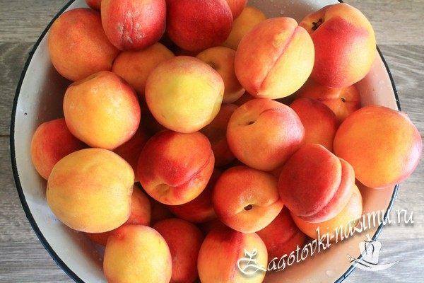 Помыть и высушить персики
