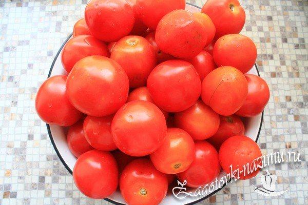 Помыть и высушить помидоры