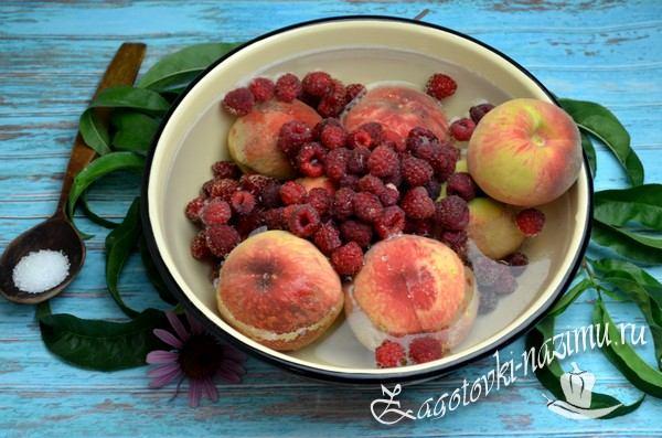 Помыть персики и малину