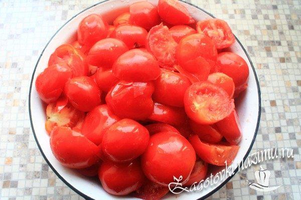 Порежьте помидоры