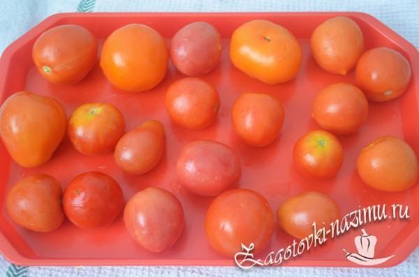 Разложите помидоры на подносе