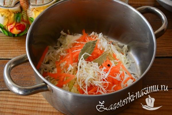 Сложите овощи в кастрюлю