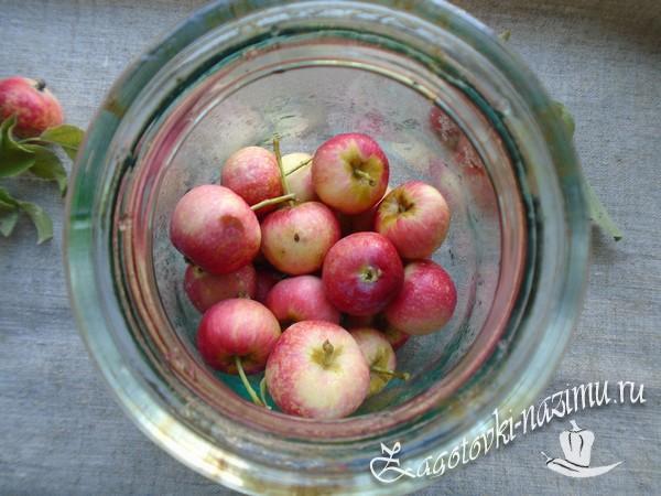 Сложите яблоки на дно банки