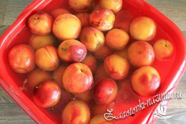 Замочить персики в содовом растворе