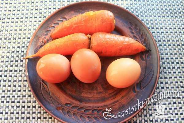 Отварить яйца и морковь