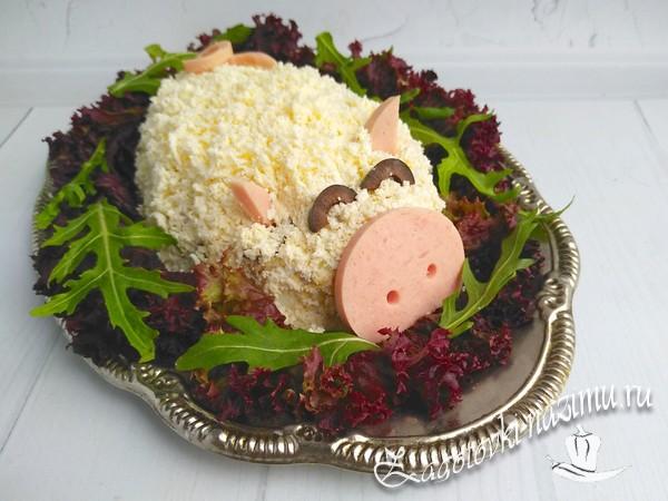 Выложить на салат украшения