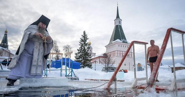 Người Nga tắm nước đá dưới thời tiết -40 độ C ngày Lễ Hiển Linh