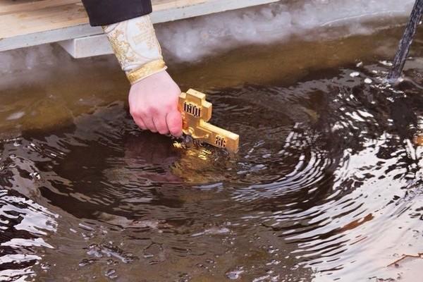 когда набирать воду в Крещение