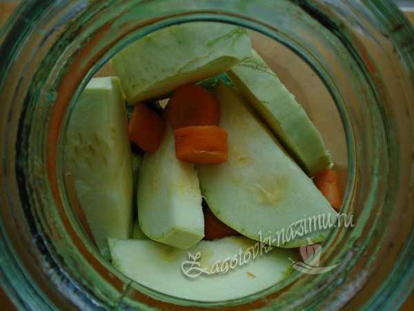 уложить кабачки и морковь