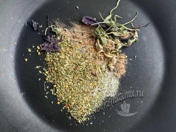 обжарить травы и специи