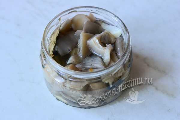 переложить грибы в банки