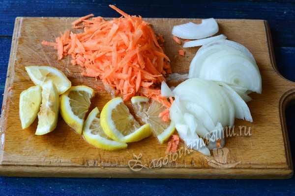 порезать овощи и лимон