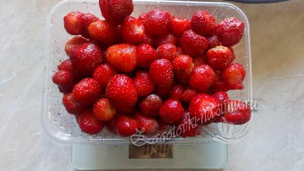взвешивают ягоды